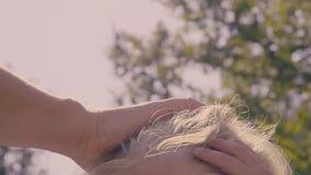 Madre che segna capelli biondi del suo neonato video d archivio