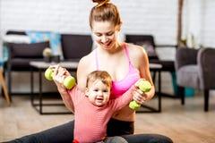 Madre che si esercita con suo figlio del bambino a casa Fotografia Stock Libera da Diritti
