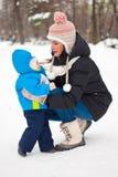 Madre che si preoccupa il suo neonato nell'inverno fotografia stock libera da diritti