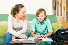 Madre che si siede accanto all'adolescente Fotografia Stock
