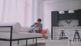 Madre che si siede con la storia della lettura del figlio all'interno archivi video