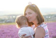 Madre che tiene la sua piccola figlia sveglia fotografia stock libera da diritti