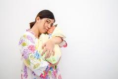 Madre che trasporta il suo bambino immagini stock