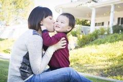 Madre china que se divierte con su hijo del bebé de la raza mixta Foto de archivo