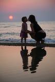 Madre con besos de la hija Imagenes de archivo