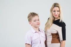 Madre con capelli biondi e un figlio con capelli scompigliati Immagini Stock Libere da Diritti