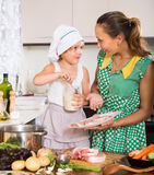 Madre con cocinar de la hija foto de archivo libre de regalías
