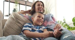 Madre con comedia de observación del hijo en la TV almacen de metraje de vídeo