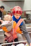 Madre con compras de la muchacha en supermercado Imagen de archivo
