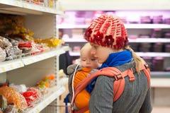 Madre con compras de la muchacha en supermercado Fotos de archivo
