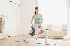 Madre con divertiresi del neonato Fotografie Stock