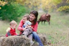 Madre con dos cabritos en la naturaleza Imágenes de archivo libres de regalías