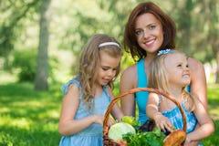 Madre con dos hijas en el parque Foto de archivo