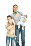 Madre con dos muchachos y un perro Foto de archivo libre de regalías