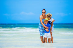 Madre con dos niños en la playa tropical Foto de archivo