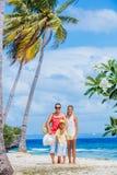 Madre con dos niños en la playa tropical Fotos de archivo libres de regalías