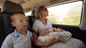 Madre con dos niños que viajan en coche almacen de metraje de vídeo