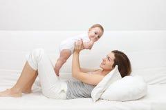 Madre con el bebé Imágenes de archivo libres de regalías