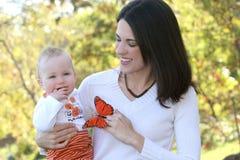 Madre con el bebé adorable - familia feliz foto de archivo libre de regalías