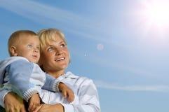 Madre con el bebé al aire libre Imagen de archivo libre de regalías