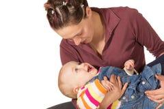 Madre con el bebé de risa Fotos de archivo