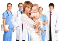 Madre con el bebé, doctores Fotografía de archivo