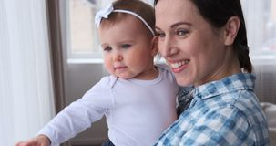 Madre con el bebé en casa almacen de video