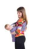 Madre con el bebé en honda imagen de archivo libre de regalías