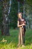 Madre con el bebé en la bufanda de la honda Imagen de archivo