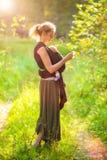Madre con el bebé en la bufanda de la honda Imagenes de archivo