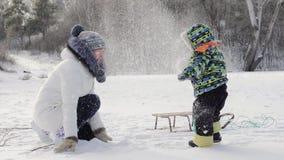 Madre con el bebé en nieve del invierno holidays metrajes