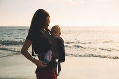 Madre con el bebé en el océano de la costa costa en Tenerife, España foto de archivo