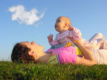 Madre con el bebé en puesta del sol imagenes de archivo