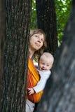 Madre con el bebé en una honda imagen de archivo libre de regalías