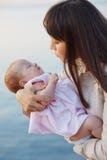 Madre con el bebé infantil Fotografía de archivo