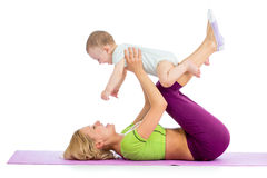 Madre con el bebé que hace ejercicios de la aptitud Fotografía de archivo libre de regalías