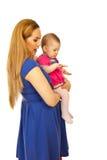 Madre con el bebé que mira lejos Fotos de archivo libres de regalías