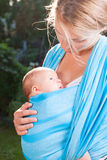 Madre con el bebé recién nacido en honda imagenes de archivo