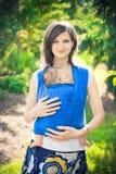 Madre con el bebé recién nacido en una honda Fotos de archivo