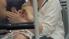 Madre con el bebé soñoliento en el autobús metrajes