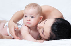 Madre con el bebé sobre blanco Imágenes de archivo libres de regalías