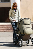 Madre con el carro de bebé Imagen de archivo libre de regalías