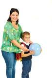 Madre con el colegial que sostiene el globo Imagenes de archivo