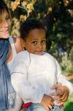 Madre con el color del niño adoptado Imágenes de archivo libres de regalías