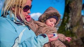 Madre con el hijo afuera en un día frío metrajes