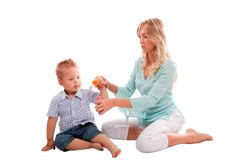 Madre con el hijo alegre que juega con el bubbl del jabón Imagen de archivo