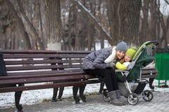 Madre con el hijo de dos años en parque del invierno Fotos de archivo libres de regalías