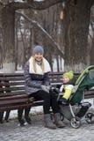 Madre con el hijo de dos años en parque del invierno Imagen de archivo