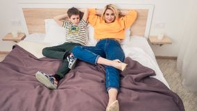 Madre con el hijo en cama Fotos de archivo