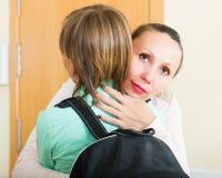 Madre con el hijo en la entrada Imagen de archivo libre de regalías